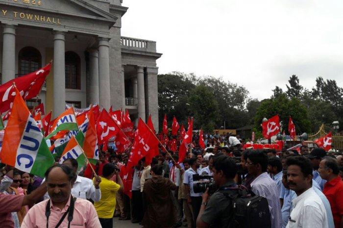 Strike evokes mixed response in Karnataka, rural Maharashtra partially hit