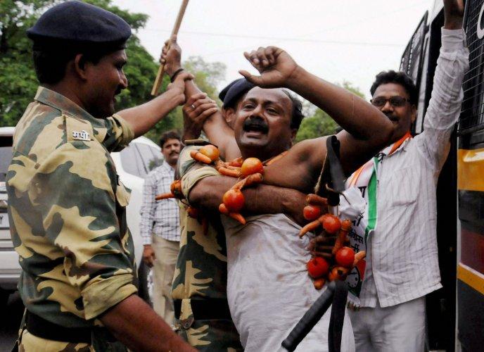 Maharashtra stir: Farmers' committee gives June 11 ultimatum to govt