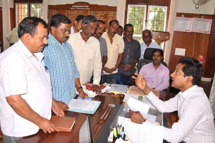 Chikkamagaluru Deputy Commissioner Dr Bagadi Gautam speaks to a delegation, led by Zilla Panchayat member Ramaswamy Shettigadde and Gram Panchayat president D V Srinivas Naidu, on Thursday.
