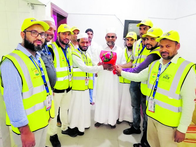 The 150 Hajj pilgrims from Mangaluru were given a rousing reception by volunteers of Karnataka Cultural Foundation upon their arrival at Prince Mohammad bin Abdulaziz International Airport in Medina on Thursday.