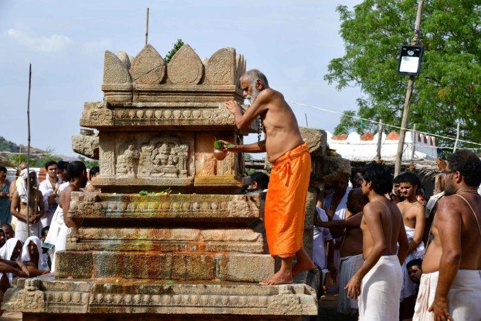 Sosale Mutt seer Vidyashreesha Tirtha consecrates the rebuilt Brindavan of medieval Madhwa saint Vyasaraja Tirtha at Nava Brindavana Gadde, Anegondi, Koppal district, on Friday. DH Photo