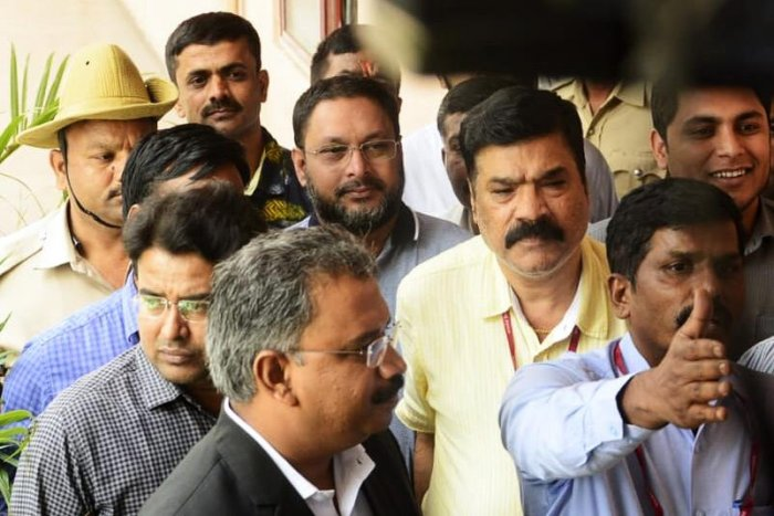 The Founder and Managing Director of I Monetary Advisory (IMA) Mohammed Mansoor Khan, the prime accused in the multi-crore investment scam taken from Enforcement Directorate office in Shantinagar to City Civil Court near SBM circle in Bengaluru on Saturday.   DH Photo.