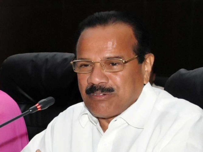 """Minister of Chemicals and Fertilisers D V Sadananda Gowda said, """"President's Rule won't end horse-trading. Everything will fall in place if the BJP comes to power. There shouldn't be mid-term polls as it affects the development,"""" Gowda told reporters. (DH File Photo)"""