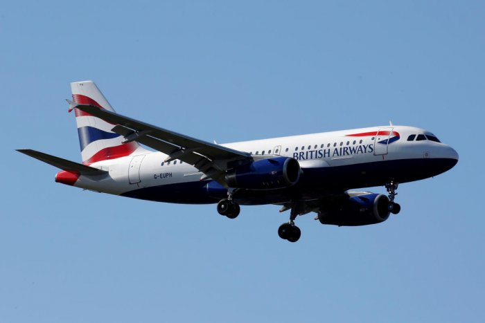 FILE PHOTO: The G-EUPH British Airways Airbus A319-131 makes its final approach for landing at Toulouse-Blagnac airport, France, March 20, 2019. REUTERS/Regis Duvignau/File Photo