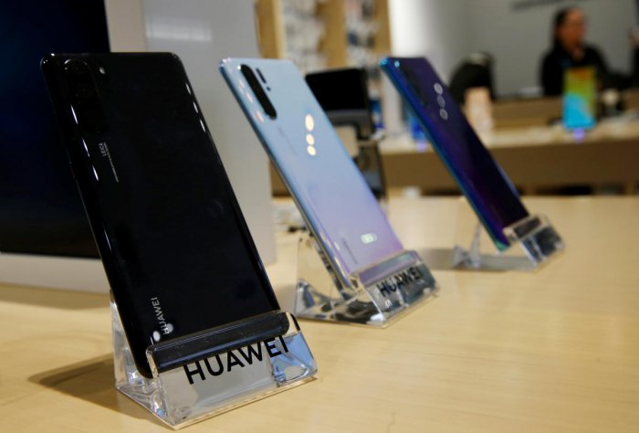 The industry body has suggested imposing a maximum customs duty of Rs 4,000 on handsets priced above Rs 20,000 to discourage duty evasion and wipe out the premium for illegal sales. (Reuters File Photo)