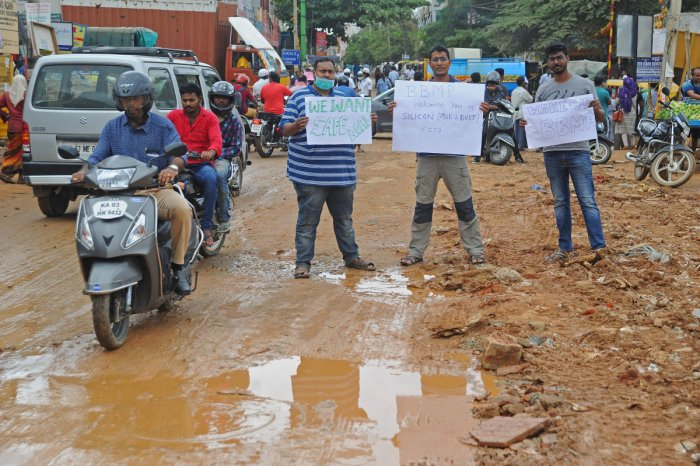 Residents protest for good roads at Jayanthi Circle in Kalkere, Horamavu, on Saturday. DH PHOTO/Pushkar V