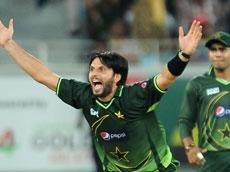 Pakistan hold nerves to beat Sri Lanka
