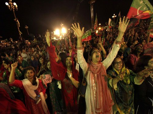 Pakistan government holds talks with Imran Khan, Qadri teams