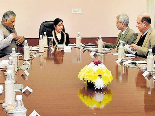 Foreign MinisterSushma meets  ex-diplomats on Pakistan line