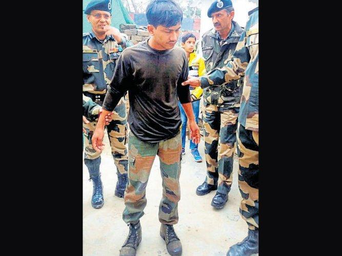 Pakistan hands over Indian soldier