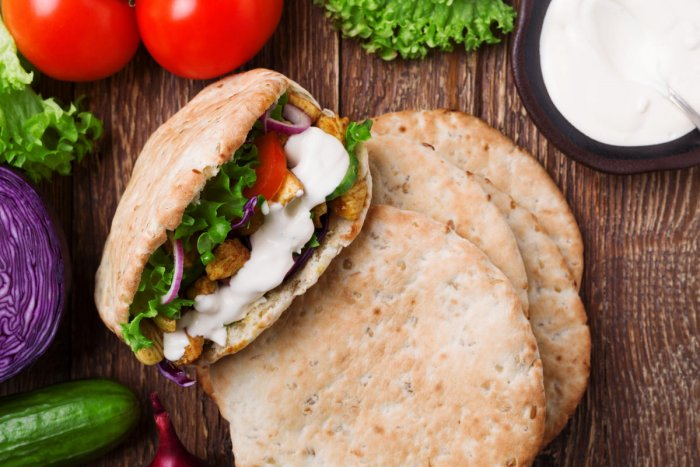 Pita bread with roasted chicken and vegetables