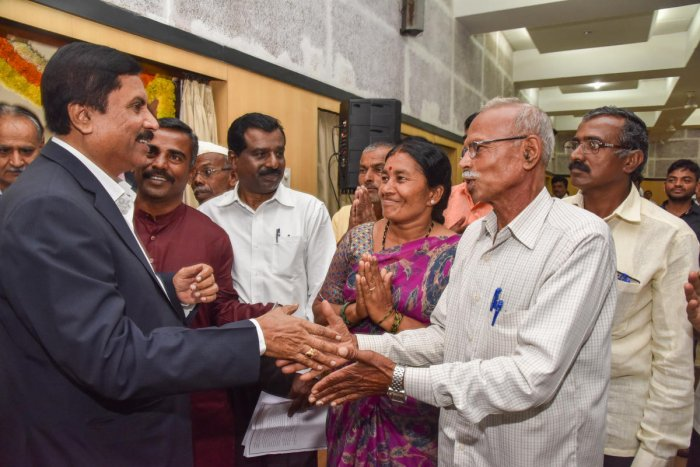 Agriculture minister Shivashankar Reddy interacts with farmers at the Farmers' Science Congress organised by the Institution of Agricultural Technologies in the city on Friday. DH Photo/S K Dinesh