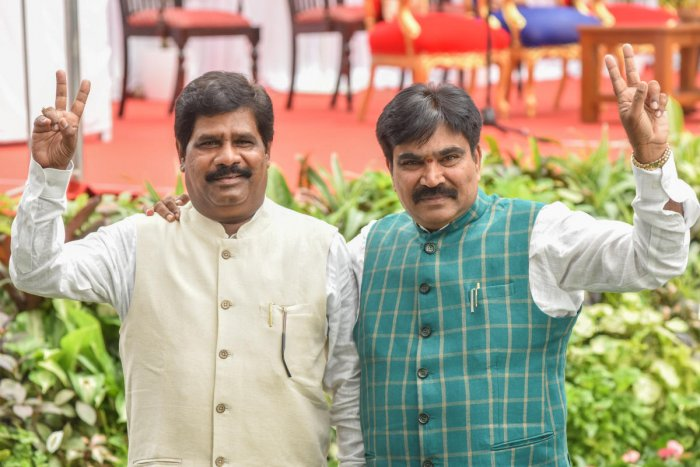 Independent MLAs H Nagesh (L) and R Shankar (R). (Photo by S K Dinesh)