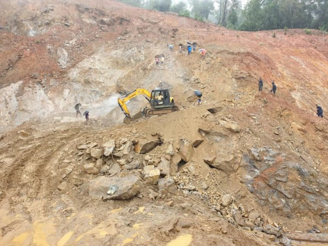 Clearing the infringement on track between Shirivagilu-Subramanya Road Railway station in Subramanya Road- Sakleshpur ghat section of Mysuru Division. (DH Photo)