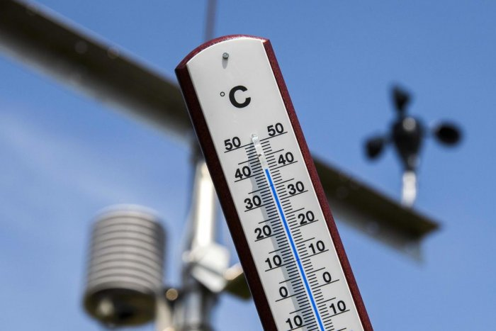 This picture taken on July 25, 2019 shows a thermometer indicating a temperature of over 40 degrees at a Royal Netherlands Meteorological Institute (KNMI) weather station at the Deelen Air Base in Arnhem, the Netherlands. - The Netherlands hit a new high