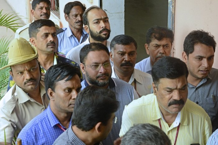 The Founder and Managing Director of I Monetary Advisory (IMA) Mohammed Mansoor Khan, the prime accused in the multi-crore investment scam taken from Enforcement Directorate office in Shantinagar to City Civil Court near SBM circle in Bengaluru. (DH Photo)