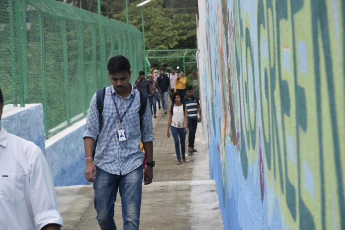 From a stretch of stench and mounds of garbage to a safe and comfortable place, Kundalahalli pathway across the lake has got a massive facelift by citizen forums and BBMP.
