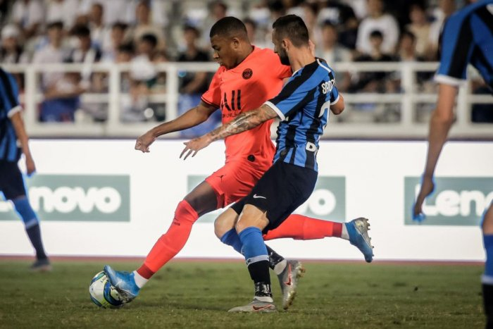 PSG's Kylian Mbappe (L) fights for the ball with Inter Milan's Marcelo Brozovic during the International Super Cup football match between Paris Saint-Germain and Inter Milan in Macau on July 27, 2019. (Photo by VIVEK PRAKASH / AFP)
