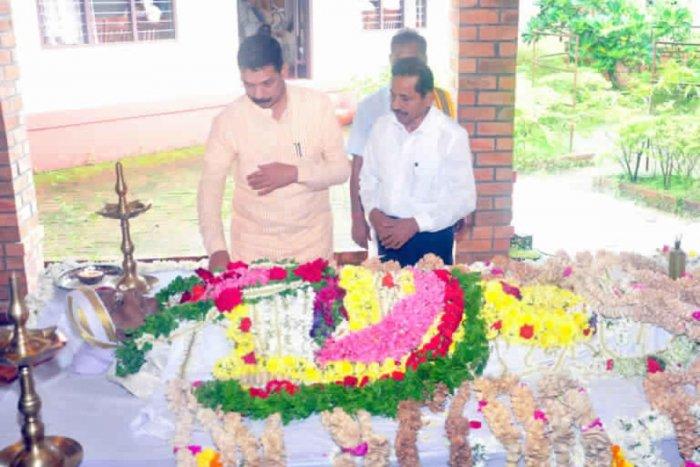 Dakshina Kannada MP Nalin Kumar Kateel and BJP leader Harikrishna Bantwal paid tributes to writer and critic late Dr Erya Lakshminarayana Alva at Yeryabeedu in Bantwal on Sunday.