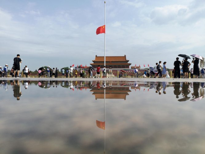 A Chinese national flag flies at half-mast to mourn the death of former Chinese Premier Li Peng at the Tiananmen Square in Beijing, China July 29, 2019. (REUTERS/Stringer)