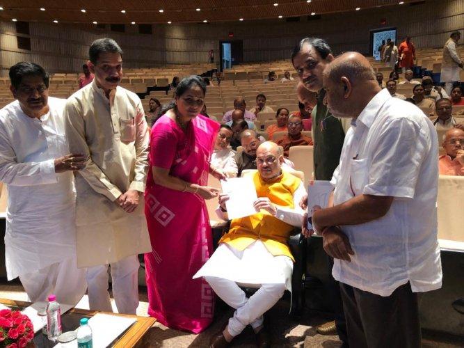 BJP MPs Shobha Karandlaje, Nalin Kumar Kateel, Gaddi Gowdar, Bhagwanth Khuba and Karadi Sanganna hands over letter to Amit Shah asking him to provide Centre's help to trace Siddhartha. (DH Photo)