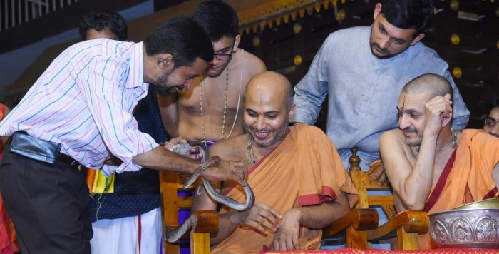 Well-known herpetologist Dr Ravindranath Aithal highlights special features of snakes to Eshapriya Swami of Admar Mutt and Vidyadeesha swamiji of Palimar Mutt at a programme organised in Rajanagan in Udupi.