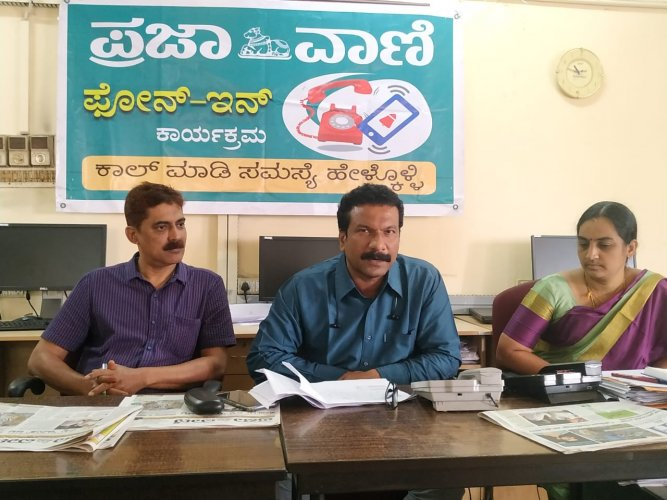 District Vector Borne Disease Control Officer Dr Naveenchandra Kulal speaks during phone-in programme organised by Prajavani, at DH-PV editorial office in Balmatta on Tuesday. MCC Deputy Commissioner (Revenue) Gayathri Nayak and District Ayush Officer Dr Iqbal look on. (DH Photo)
