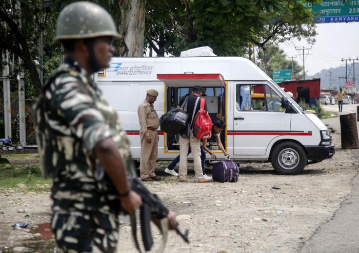 An Indian security forces personnel stands guard as Jammu Kashmir policemen check the luggage and vehicles of commuters on the Jammu-Srinagar National Highway at Nagrota some 25 kms from Jammu. AFP file photo