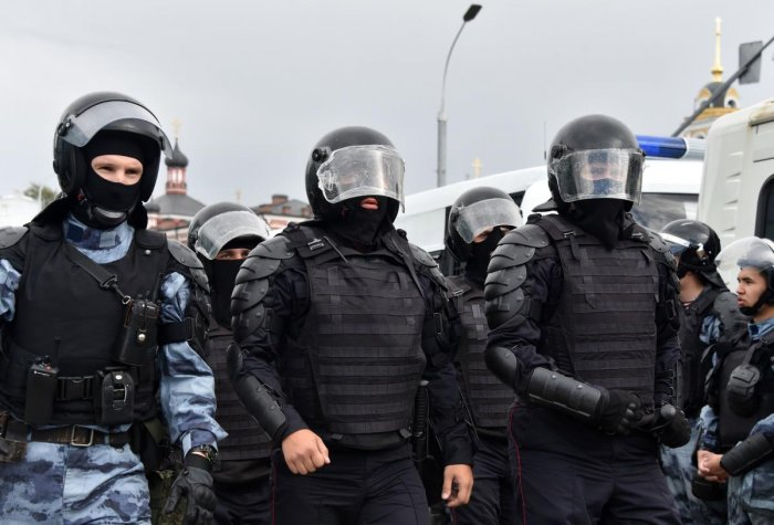 Riot police officers and servicemen of the Russian National Guard are seen during an unsanctioned rally urging fair elections in downtown Moscow. AFP photo