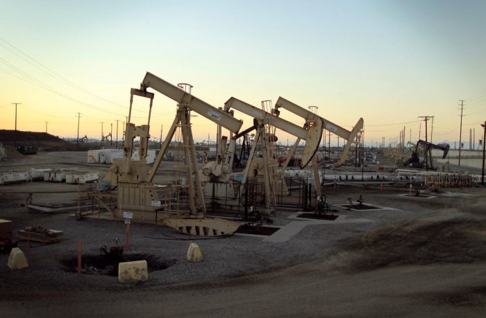 Oil rig pumpjacks extract crude oil (Reuters Photo)