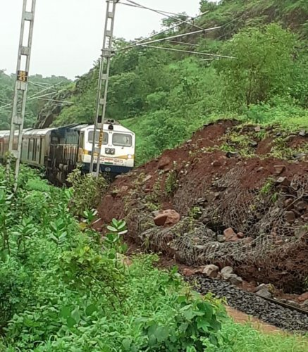 Hazrath Nizamuddin-Madgaon Rajdhani Express train (No 22414) crew and the patrolman stopped the train in the wee hours of Sunday just before a landslide on the track between Apte and Jite in Mumbai Division of Central Railway (Raigad district, Maharashtra