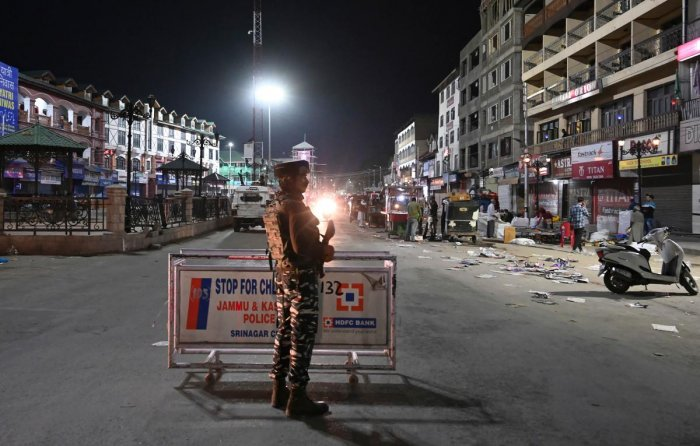 An Indian Paramilitary trooper stands guard in Srinagar on August 4, 2019. - Fears of an impending curfew in the disputed region of Kashmir ratcheted up tensions on August 4, as nuclear rivals India and Pakistan traded accusations of military clashes at the de facto border. (Photo by AFP)
