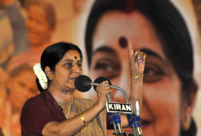 Sushma Swaraj addressing the gathering during the poll campaign at Hombegowda Nagar in Bangalore on 28 April 2008. (DH File Photo)