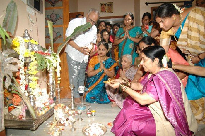 A file photo of Sushma Swaraj performing Varamahalakshmi pooja in then Bellary.
