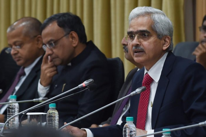 Reserve Bank of India (RBI) governor Shaktikanta Das (R) speaks during a press conference at RBI headquarters in Mumbai on August 7, 2019. - India's central bank on August 7 cut interest rates for the fourth time this year, as New Delhi battles sluggish e