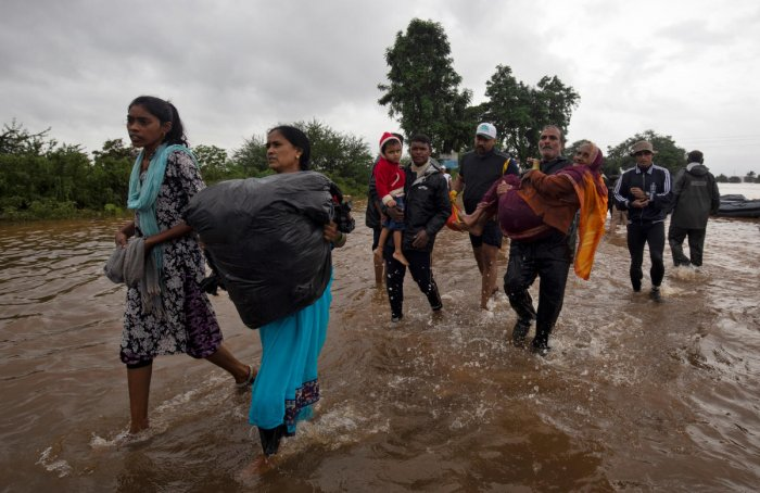Flood-affected people are evacuated to a safer place after heavy rains in Kolhapur in the western state of Maharashtra, India. (Reuters Photo)