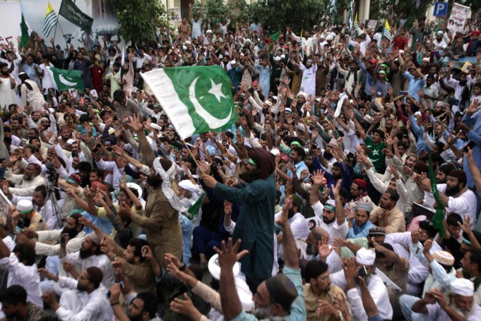Supporters of the Tehrik-e-Labaik Pakistan (TLP) Islamic political party raise their hands and chant slogans during a rally to express solidarity with the people of Kashmir, in Lahore, Pakistan. (Reuters Photo)