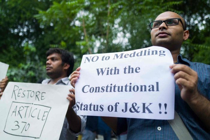 Activists and supporters of Left wing parties hold placards during a demonstration to protest against the presidential decree abolishing Article 370 of the constitution giving special autonomy to Muslim-majority Kashmir, in New Delhi on August 5, 2019. AF