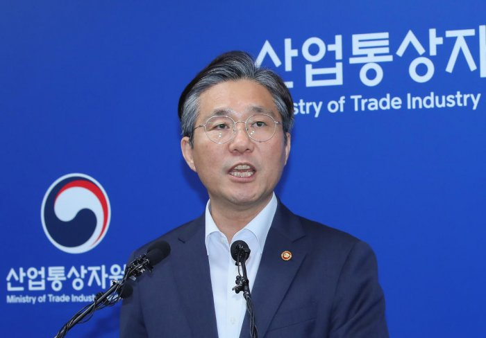 South Korea's Trade, Industry, and Energy Minister Sung Yun-mo speaks during a press briefing. (AFP photo)