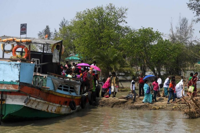 Indian voters arrive with a ferry boat to cast their vote in the Ghoramara island around 110 km south of Kolkata on May 19, 2019, during the 7th and final phase of India's general election. - Voting in one of India's most acrimonious elections in decades