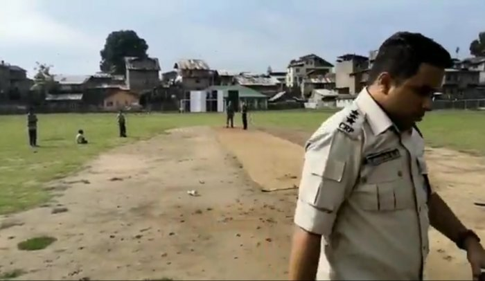 In a video that has been going viral on social media since Tuesday, Kadagattur is seen playing cricket with the kids in the Nowhatta area of the Srinagar. Screenshot