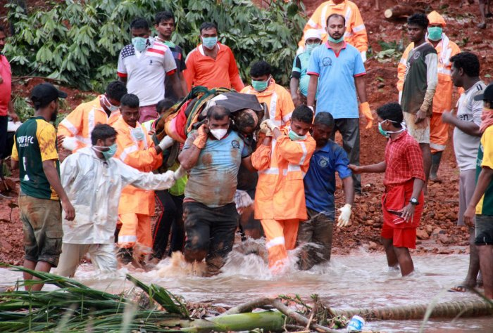 Rescuers carry the body of a victim after extracting it from the debris after a landslide caused by torrential monsoon rains in Kavalappara in Malappuram district in the southern state of Kerala, India, August 13, 2019. (REUTERS/Stringer)