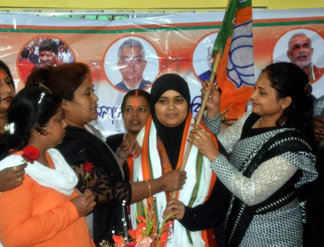 Howrah: Ishrat Jahan(C), one of the petitioner in the triple Talaq case joins the BJP at party office in Howrah district of West Bengal on Saturday. PTI Photo (PTI12_30_2017_000166B)