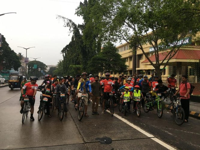 As many as 72 cyclists rode for 72 minutes to celebrate the 72nd Independence Day, in Mangaluru, on Wednesday. DH photo.