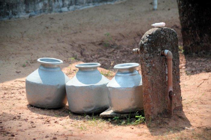 Woman carrying drinking water at Swasthi Road, Shantinagar in Bengaluru. DH Photo by S K Dinesh