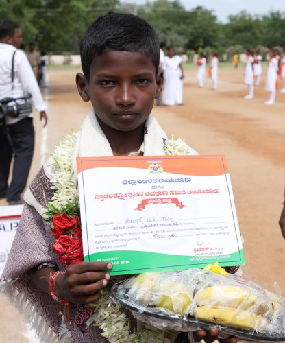 Venkatesh, with the citation of Shourya award at the Independence Day parade in Raichur on Thursday.