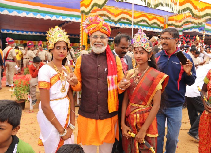Modi look-alike Nagaraj (C) poses with schoolgirls at the Manekshaw Parade Ground; (right) schoolchildren have a ball during the I-Day celebrations. DH PHOTO/Akhil Kadidal
