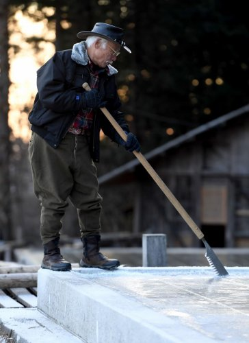 This picture taken on January 10, 2019 shows ice farmer Yuichiro Yamamoto cutting blocks of natural ice from an open-air pool at a factory in Nikko. (AFP file photo)