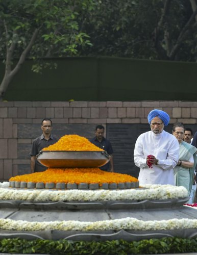 Former PM Manmohan Singh pays tribute to the former prime minister the late Rajiv Gandhi on his 75th birth anniversary, at Veer Bhumi in New Delhi, Tuesday, Aug 20, 2019. (PTI Photo)