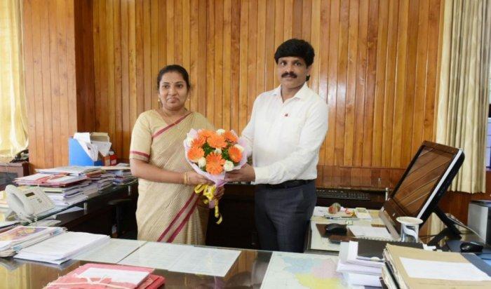 Udupi's new Deputy Commissioner G Jagadeesha assumes charge from Hephsiba Rani Korlapati on Tuesday.